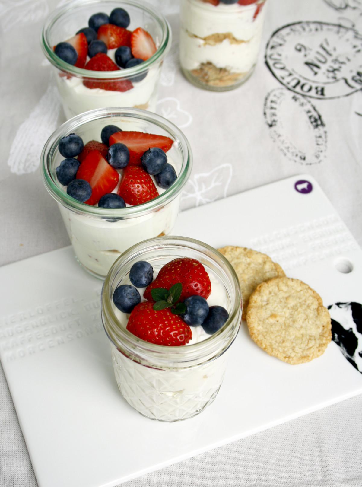 Quark mit frischen Beeren // Fresh dessert with fruits and berries by http://babyrockmyday.com/quark-mit-beeren/