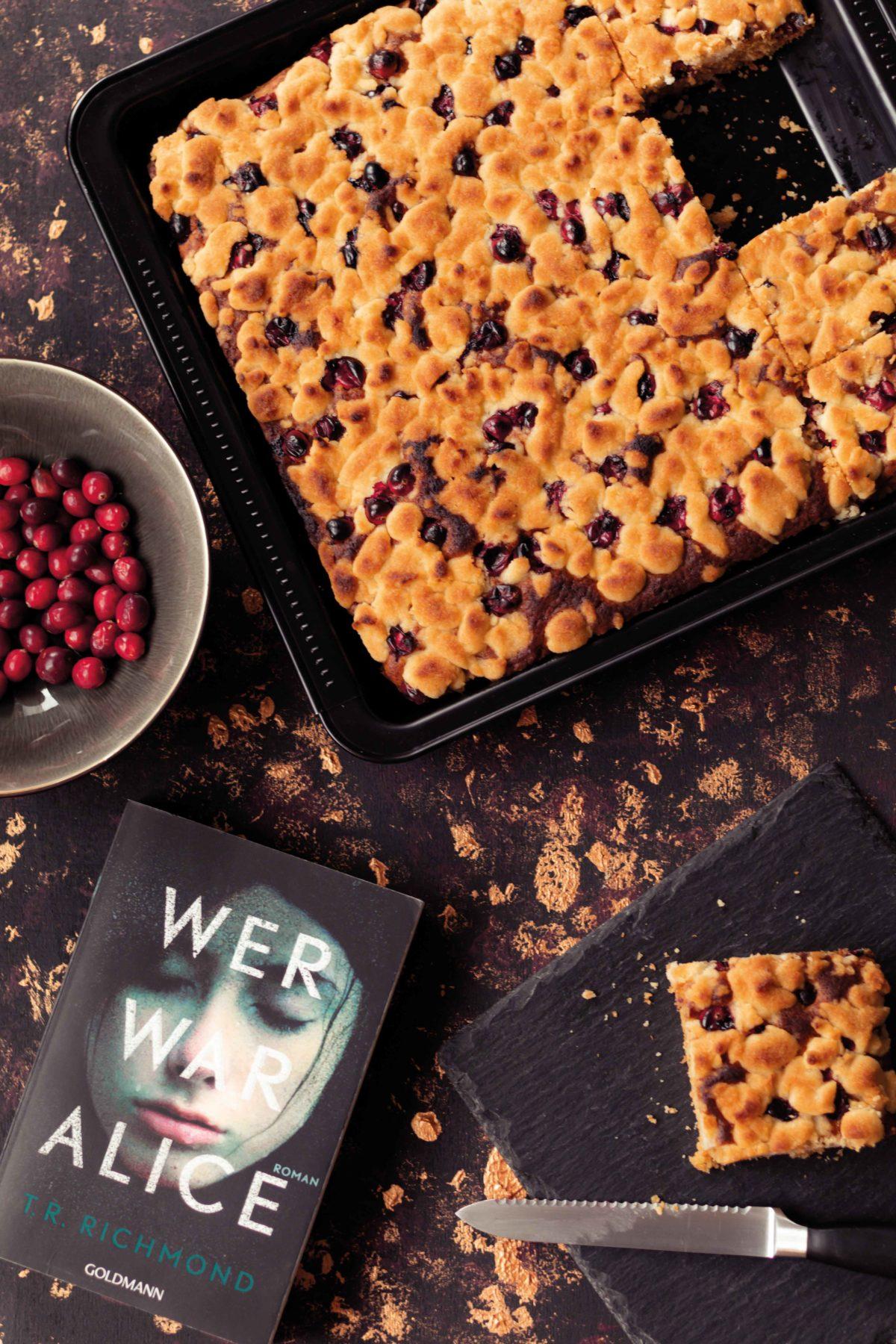 Cranberry Streusel Kuchen // Cranberry Crumble Cake by http://babyrockmyday.com/cranberry-streusel-kuchen/ #cranberry #streuselkuchen #crumblecakeCranberry Streusel Kuchen // Cranberry Crumble Cake by http://babyrockmyday.com/cranberry-streusel-kuchen/ #cranberry #streuselkuchen #crumblecake