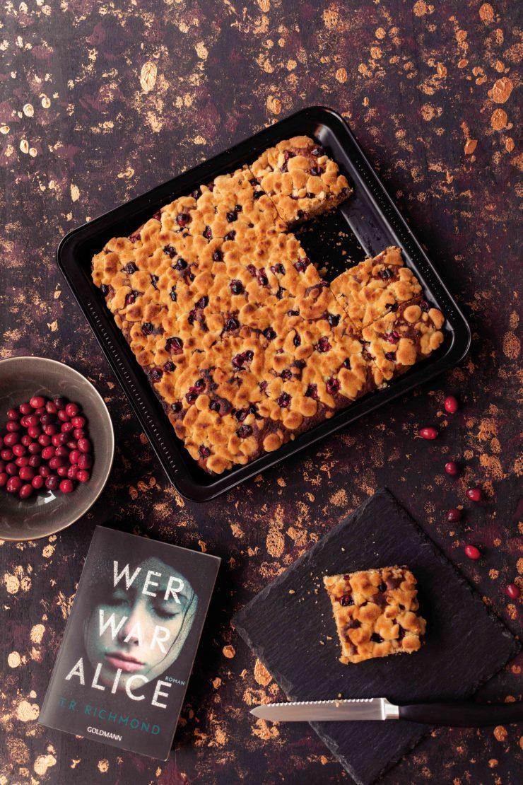 Cranberry Streusel Kuchen // Cranberry Crumble Cake by http://babyrockmyday.com/cranberry-streusel-kuchen/ #cranberry #streuselkuchen #crumblecake