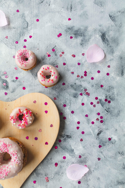 Himbeer Donuts zum Valentinstag // Raspberry Donuts for valentine´s day by http://babyrockmyday.com/himbeer-donuts/ #Donuts #Valentinesday #Valentinstag