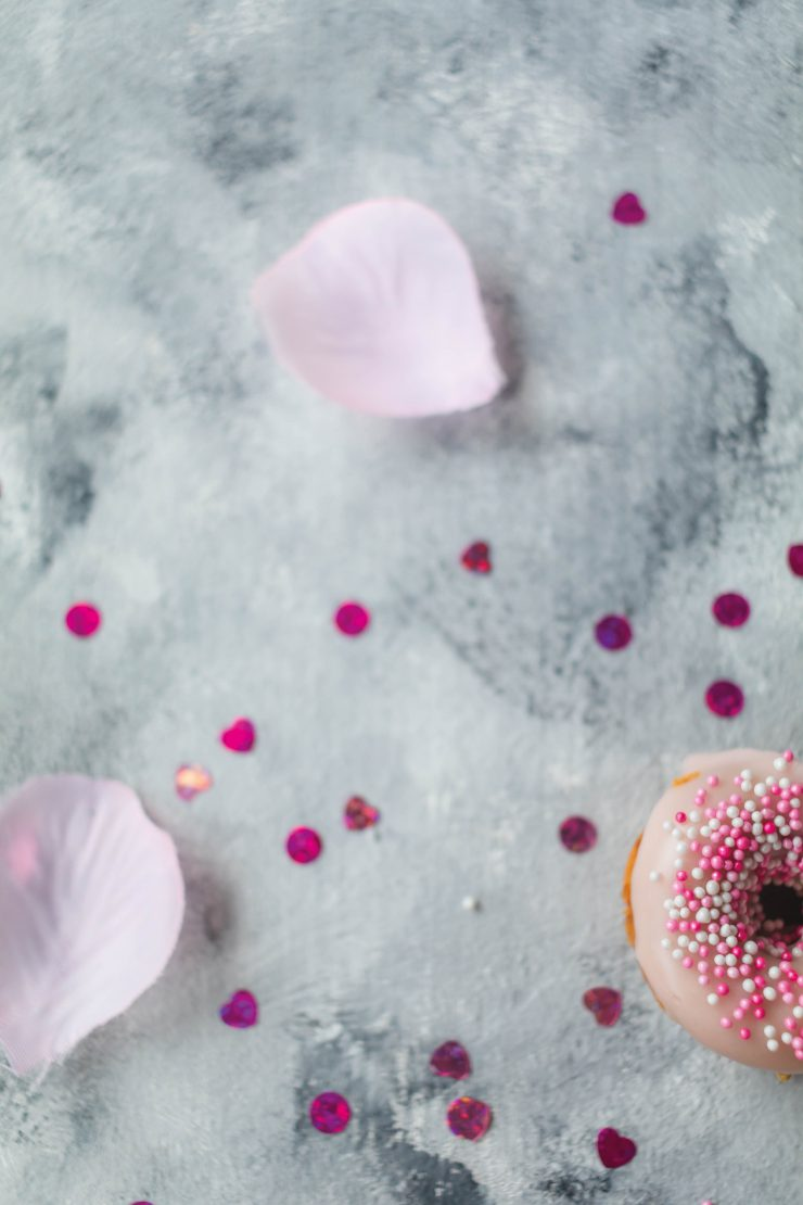 Himbeer Donuts zum Valentinstag // Raspberry Donuts for valentine´s day by http://babyrockmyday.com/himbeer-donuts/ #Donuts #Valentinesday #Valentinstag