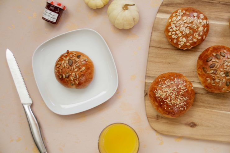 Vollkorn-Blitzbrötchen // Whole Grain breakfast buns by https://babyrockmyday.com/vollkorn-blitzbrotchen/