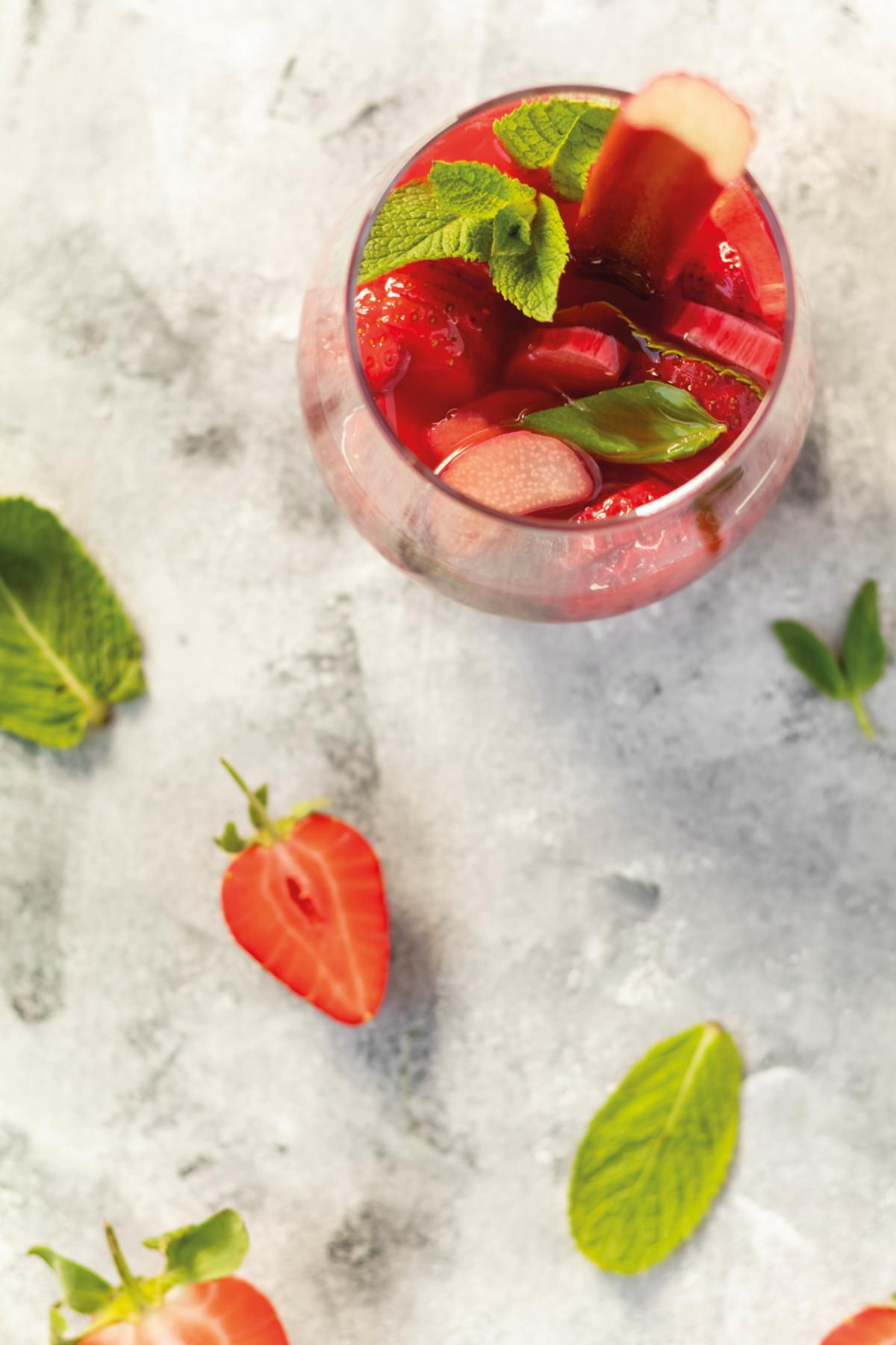 Erdbeer-Rhabarber-Bowle mit Minze und Basilikum // Strawberry-Rhubarb-Punch with mint and basil by https://babyrockmyday.com/erdbeer-rhabarber-bowle/