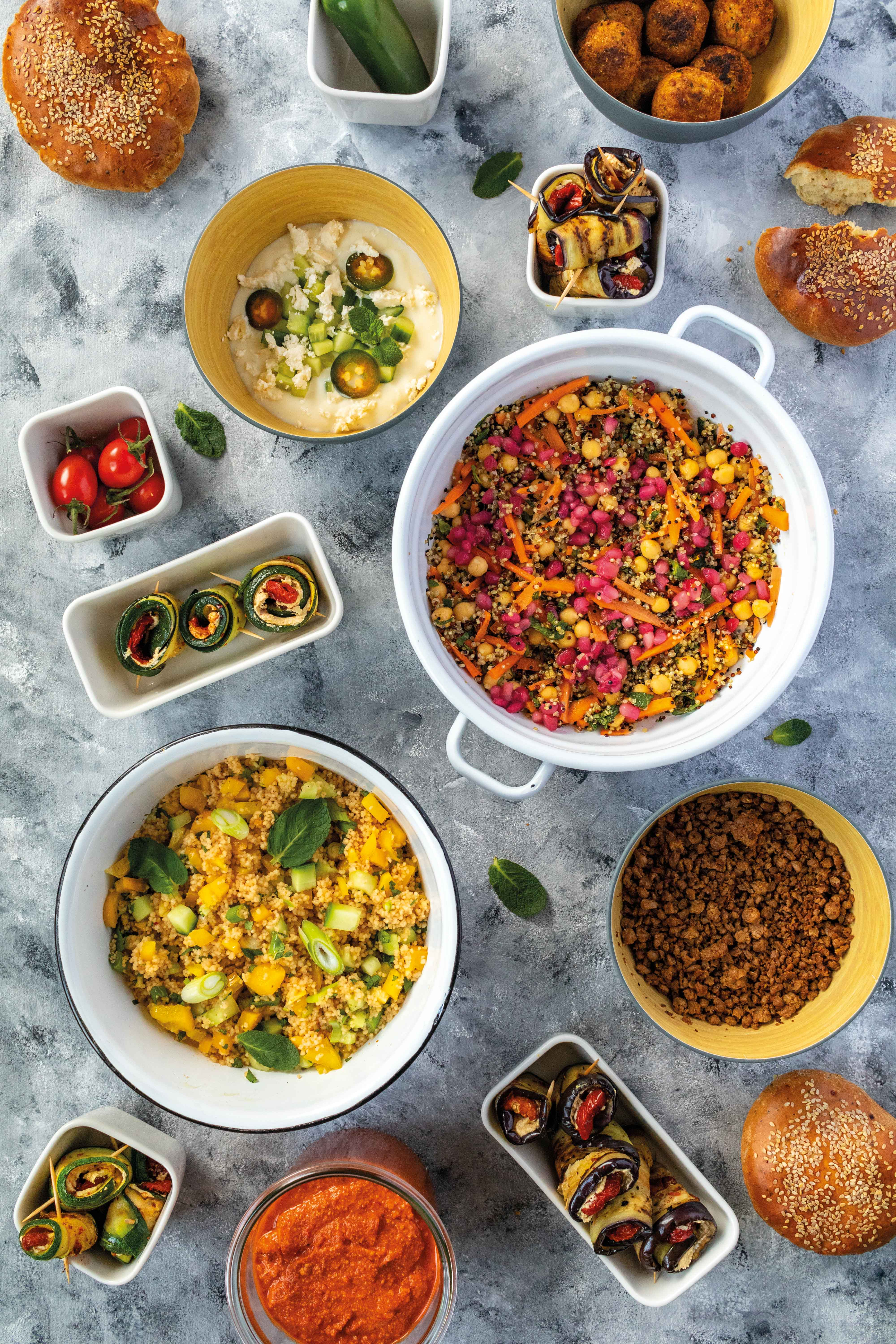 Orientalische Mezze: Couscous-Salat mit vegetarischem Hack und gefüllten Zucchini // Oriental Mezze with couscous Salad, vegetarian  ground meat and courgettes by https://babyrockmyday.com/mezze-mit-couscous-salat-und-gefuellten-zucchini/