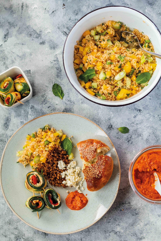 Orientalische Mezze: Couscous-Salat mit vegetarischem Hack und gefüllten Zucchini // Oriental Mezze with couscous Salad, vegetarian ground meat and courgettes by https://babyrockmyday.com/mezze-mit-couscous-salat-und-gefuellten-zucchini/