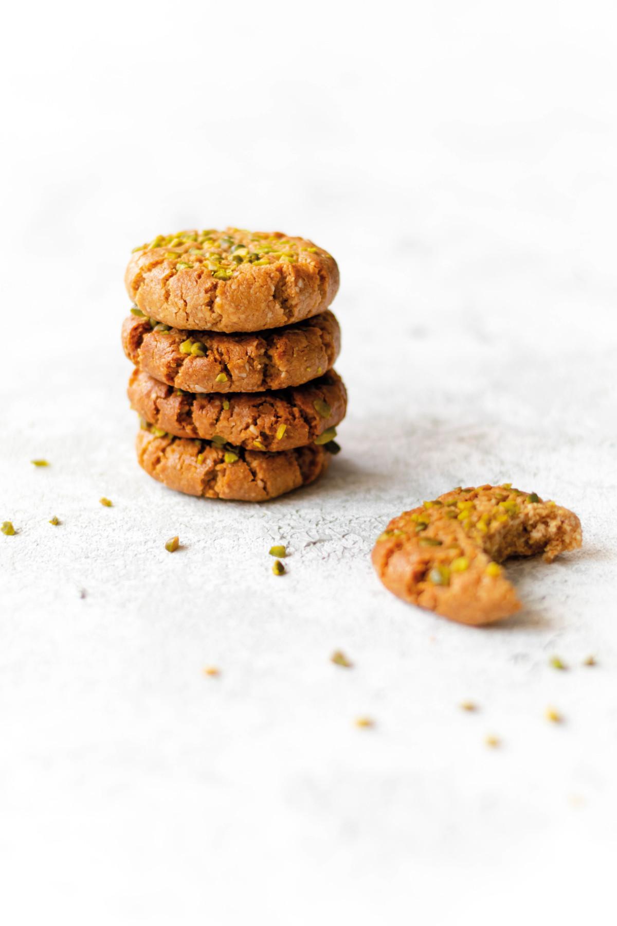 Sesam Cookies mit Pistazien // Sesame Cookies with pistachios by https://babyrockmyday.com/sesam-cookies/