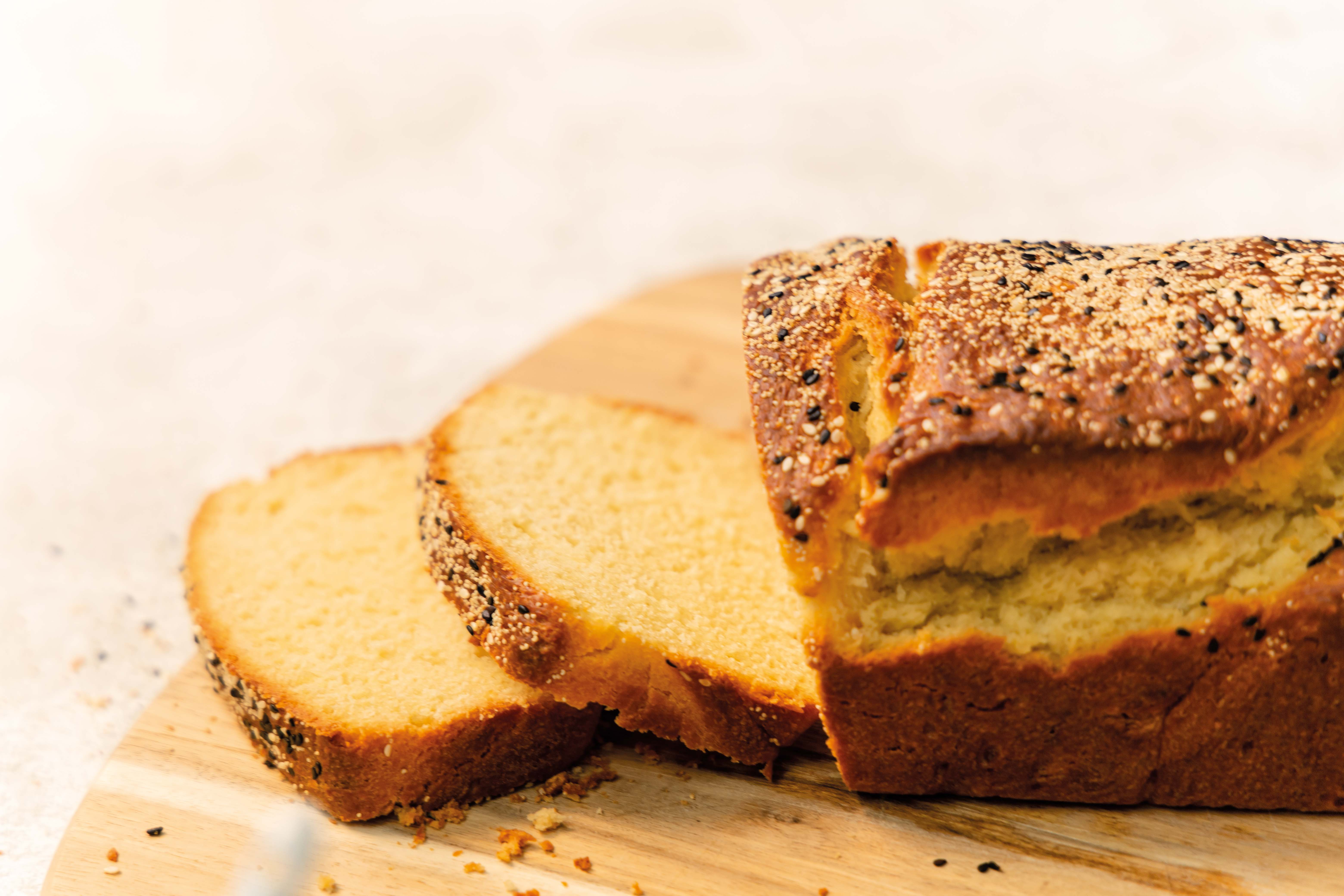 Frühstücksbrot mit Sesam-Mohn-Kruste / Breakfast bread with sesame and poddy seeds topping by https://babyrockmyday.com/fruehstuecksbrot-mit-sesam-mohn-kruste/