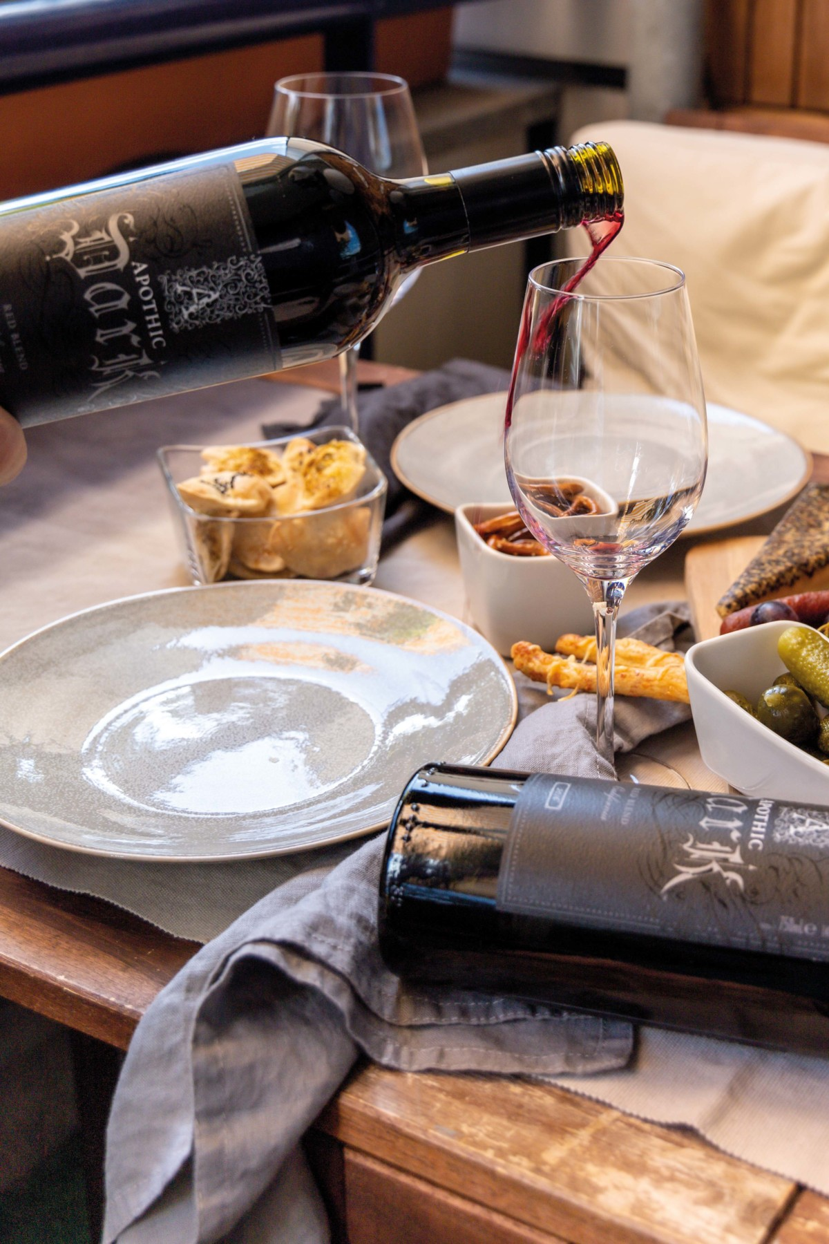 Knusperstangen, Cracker, Freunde und ein Apothic Dark Wein // Crunchy Sticks, Cracker and an apothic red wine by https://babyrockmyday.com/knusperstangen/