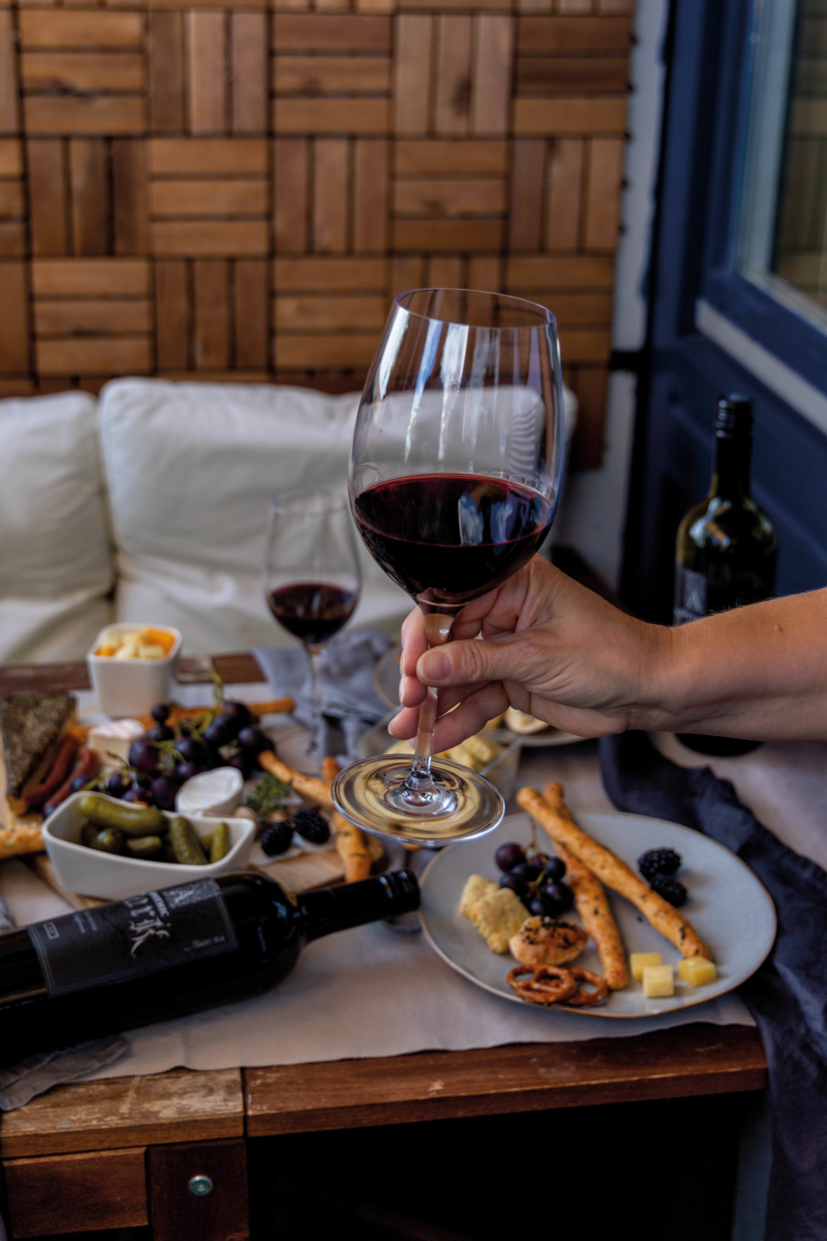 Knusperstangen, Cracker, Freunde und ein Apothic Dark Wein // Crunchy Sticks, Cracker and an apothic red wine by https://babyrockmyday.com/knusperstangen/