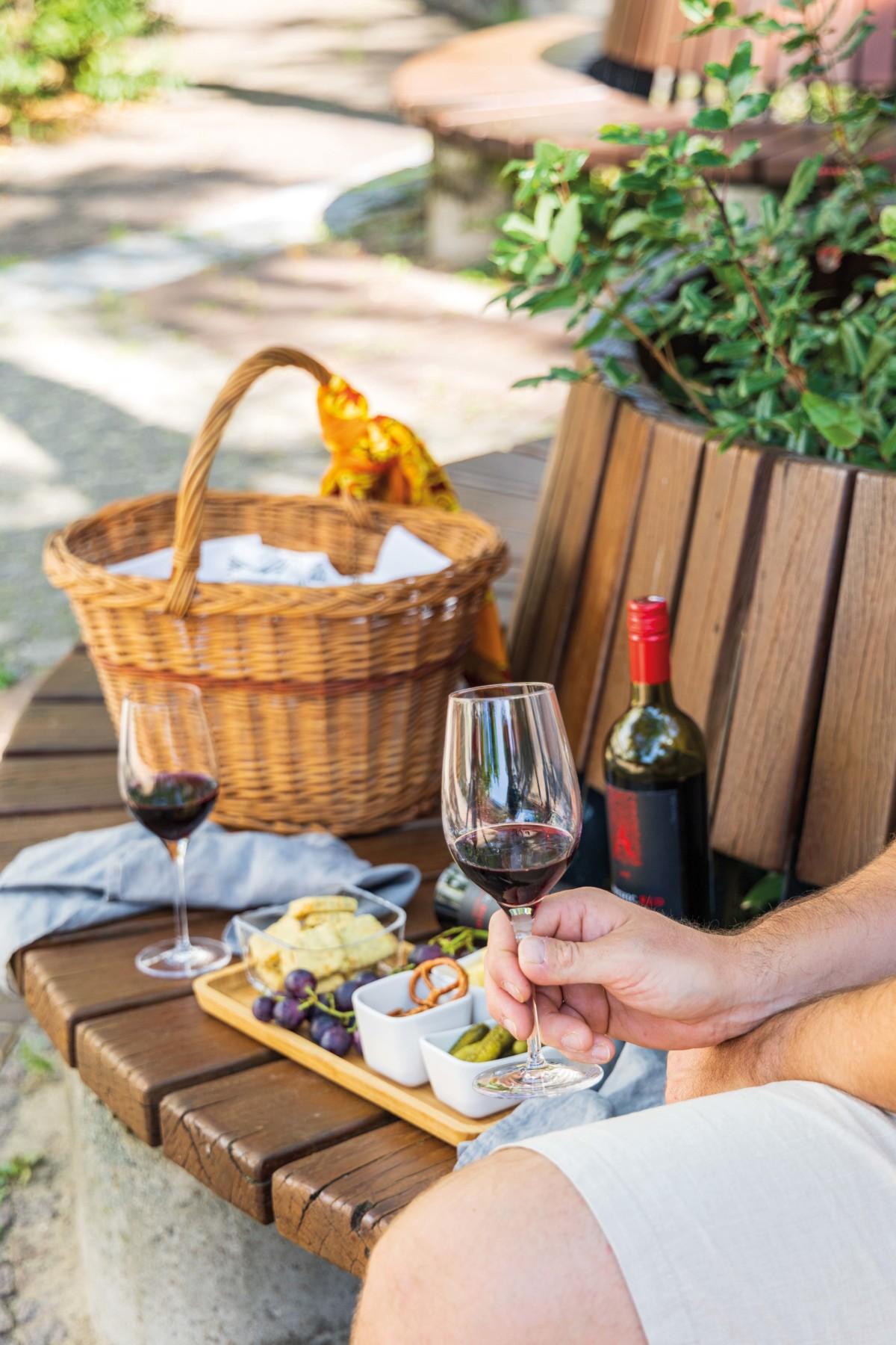 Picknick mit Apothic Red Wein und Cheddar Shortbread / Picnic with Apothic Red Wine and cheddar shortbread by https://babyrockmyday.com/picknick-mit-cheddar-shortbread/
