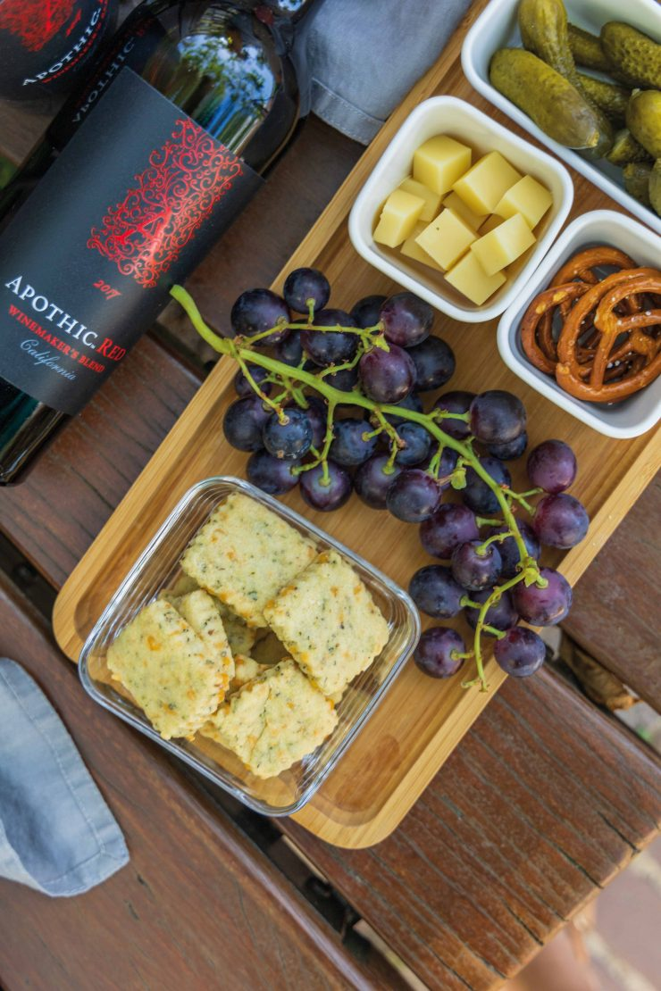 Picknick mit Apothic Red Wein und Cheddar Shortbread / Picnic with Apothic Red Wine and cheddar shortbread by https://babyrockmyday.com/picknick-mit-cheddar-shortbread/0