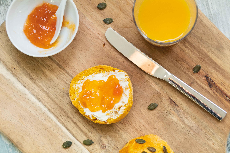 Kürbisbrötchen für das Herbst-Frühstück // Pumpkin Buns for Breakfast by https://babyrockmyday.com/kuerbisbroetchen