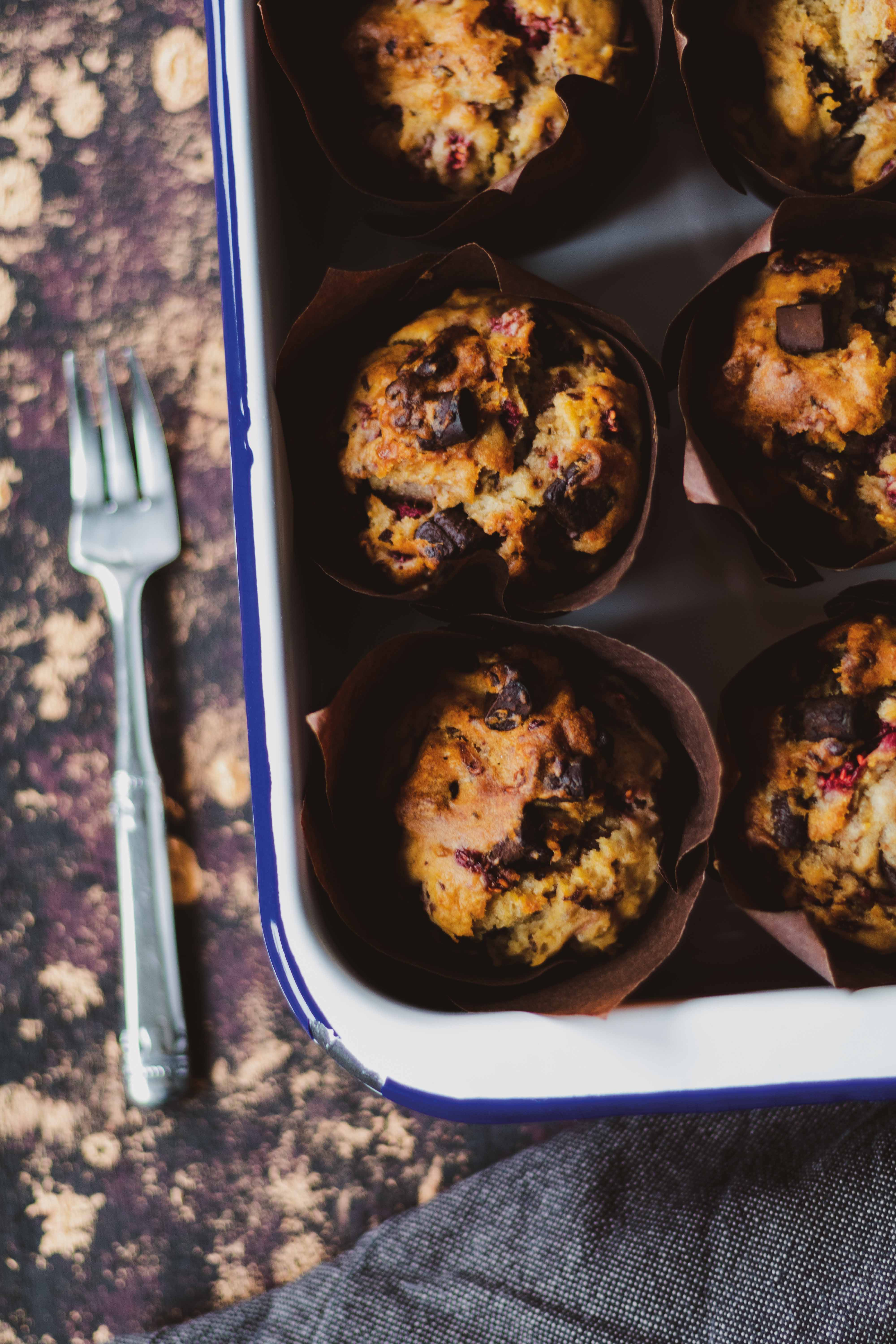 Vegane Himbeer-Muffins mit dunkler Schokolade // Vegan strawberry and dark chocolate Muffins by https://babyrockmyday.com/vegane-himbeer-muffins/