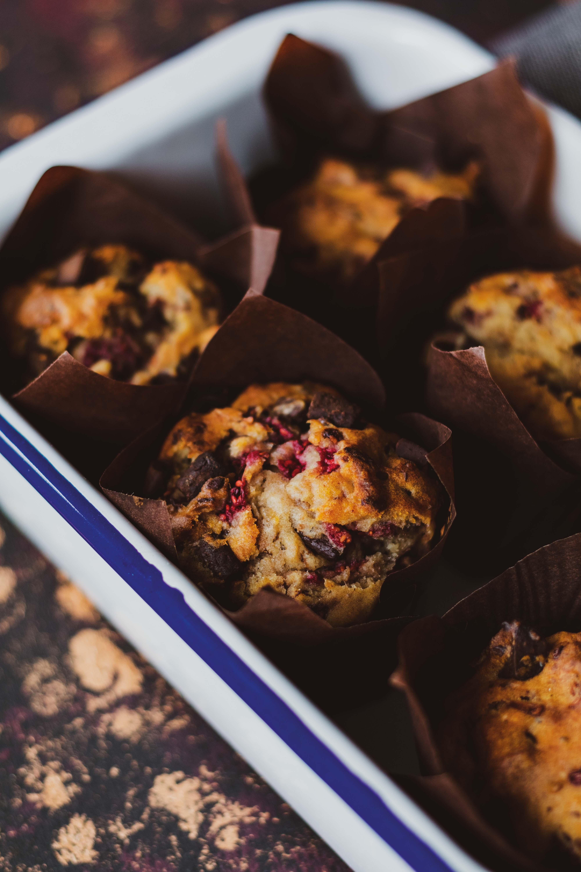 Vegane Himbeer-Muffins mit dunkler Schokolade // Vegan strawberry and dark chocolate Muffins by https://babyrockmyday.com/vegane-himbeer-muffins/