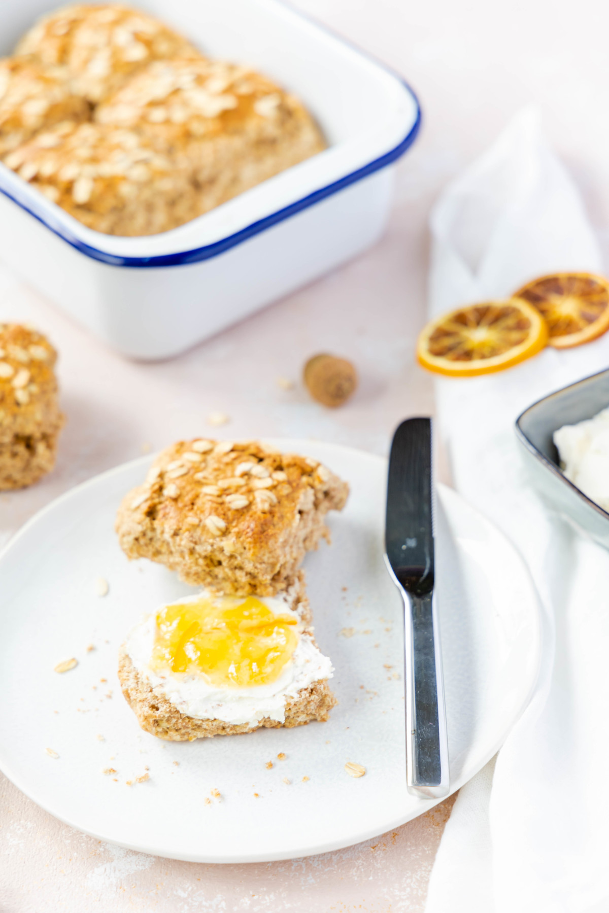 Vollkorn Scones mit Haferflocken und Ahornsirup // Whole Wheat Scones with oats and maple sirup by https://babyrockmyday.com/vollkorn-scones