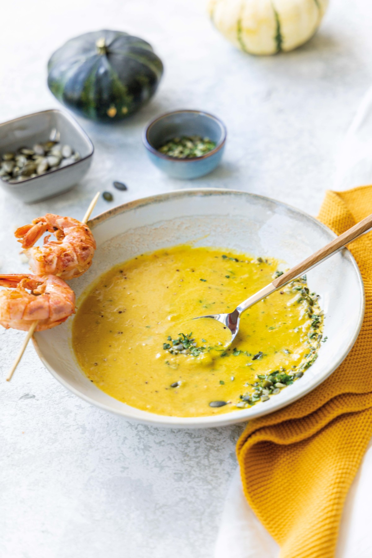 Schnelle Kürbissuppe mit Kokos und Garnelen // Pumpkin coconut soup with coriander an kingprawns by https://babyrockmyday.com/kuerbissuppe-mit-kokos-und-garnelen/