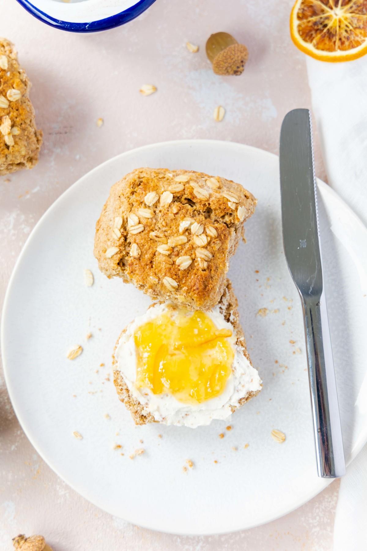 Vollkorn Scones mit Haferflocken und Ahornsirup // Whole Wheat Scones with oats and maple sirup by https://babyrockmyday.com/vollkorn-scones