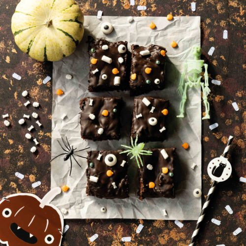 Halloween Kürbis Brownies mit Datteln // Halloween Pumpkin Brownies by https://babyrockmyday.com/halloween-kuerbis-brownies/