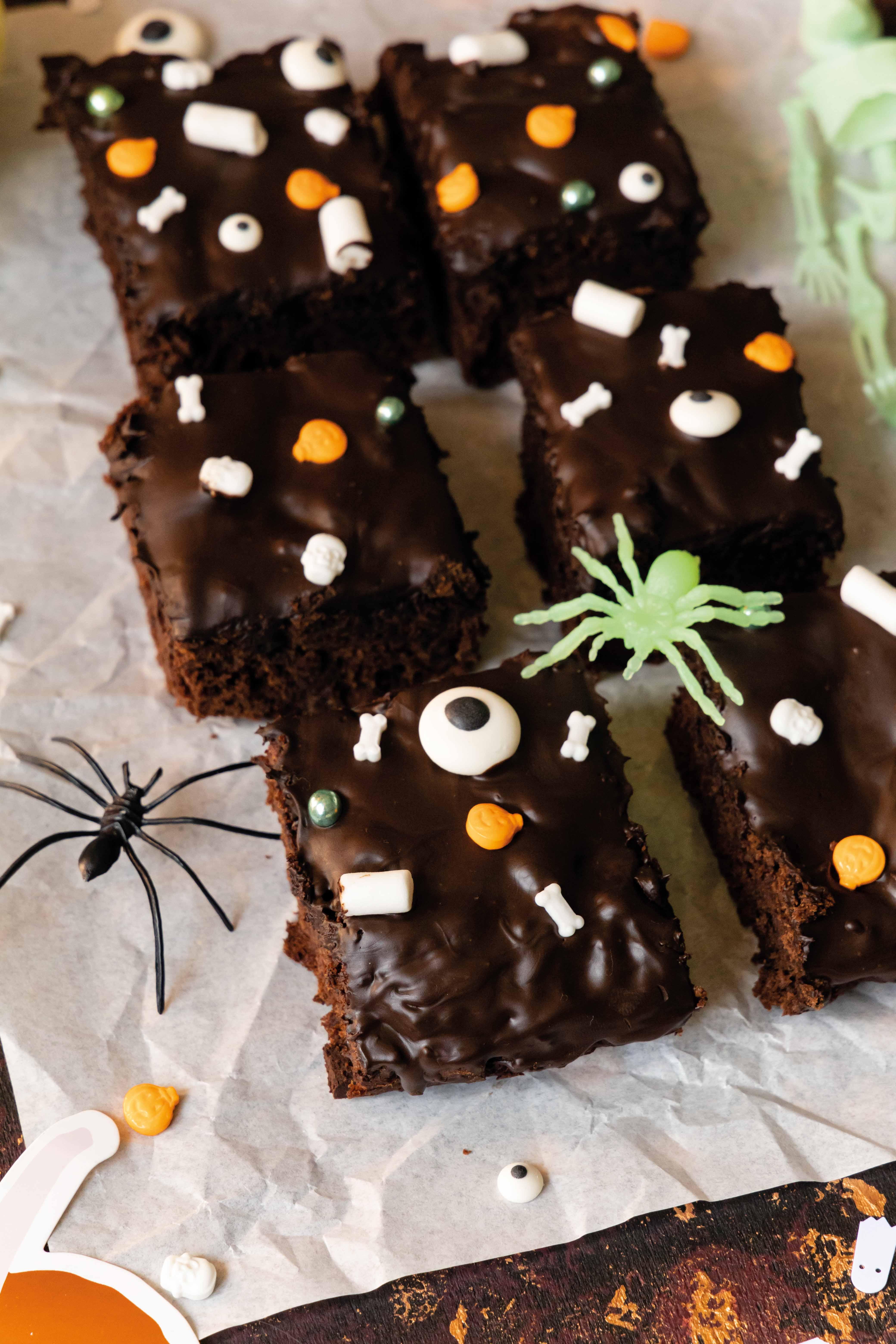 Halloween Kürbis Brownies mit Datteln // Halloween Pumpkin Brownies by https://babyrockmyday.com/halloween-kurbis-brownies/