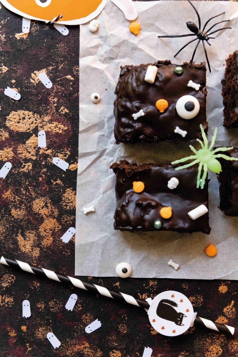 Halloween Kürbis Brownies mit Datteln // Halloween Pumpkin Brownies by https://babyrockmyday.com/halloween-kuerbis-brownies/