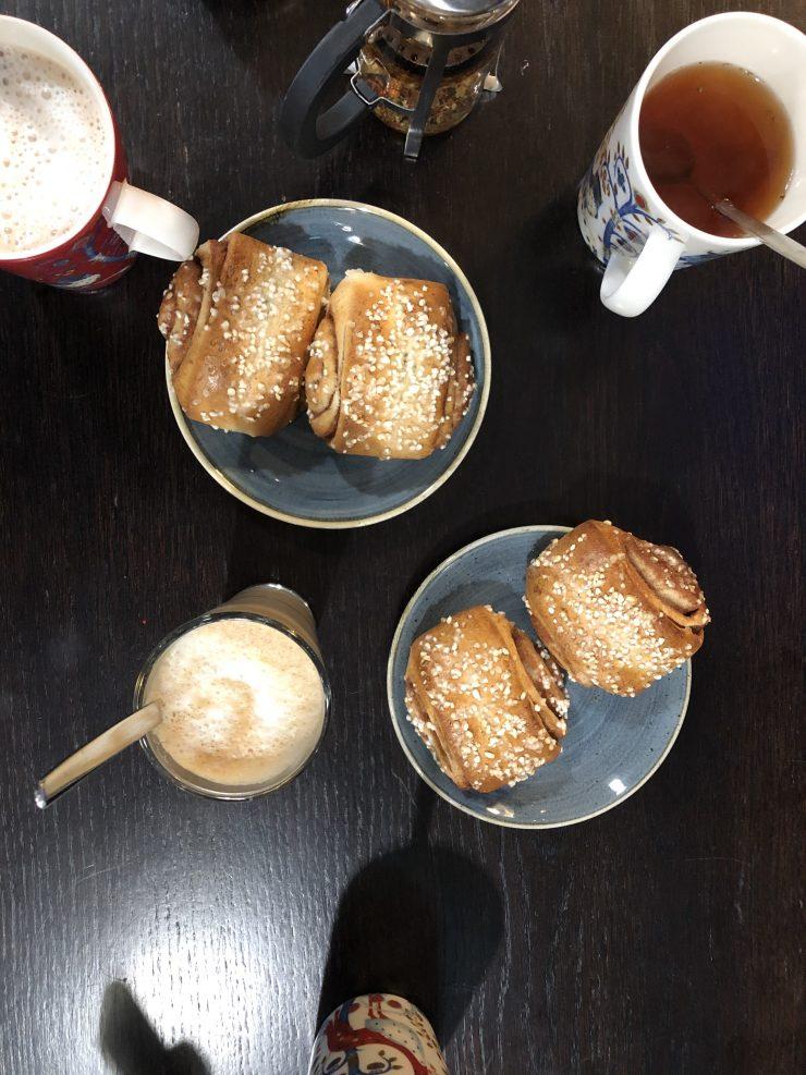 Voisilmäpulla - finnische Kardamom Butterküchlein // Voisimäpulla - Finnish cardamom spiced sweet Buns by https://babyrockmyday.com/voisilmaepulla-finnische-kardamom-butterkuechlein/