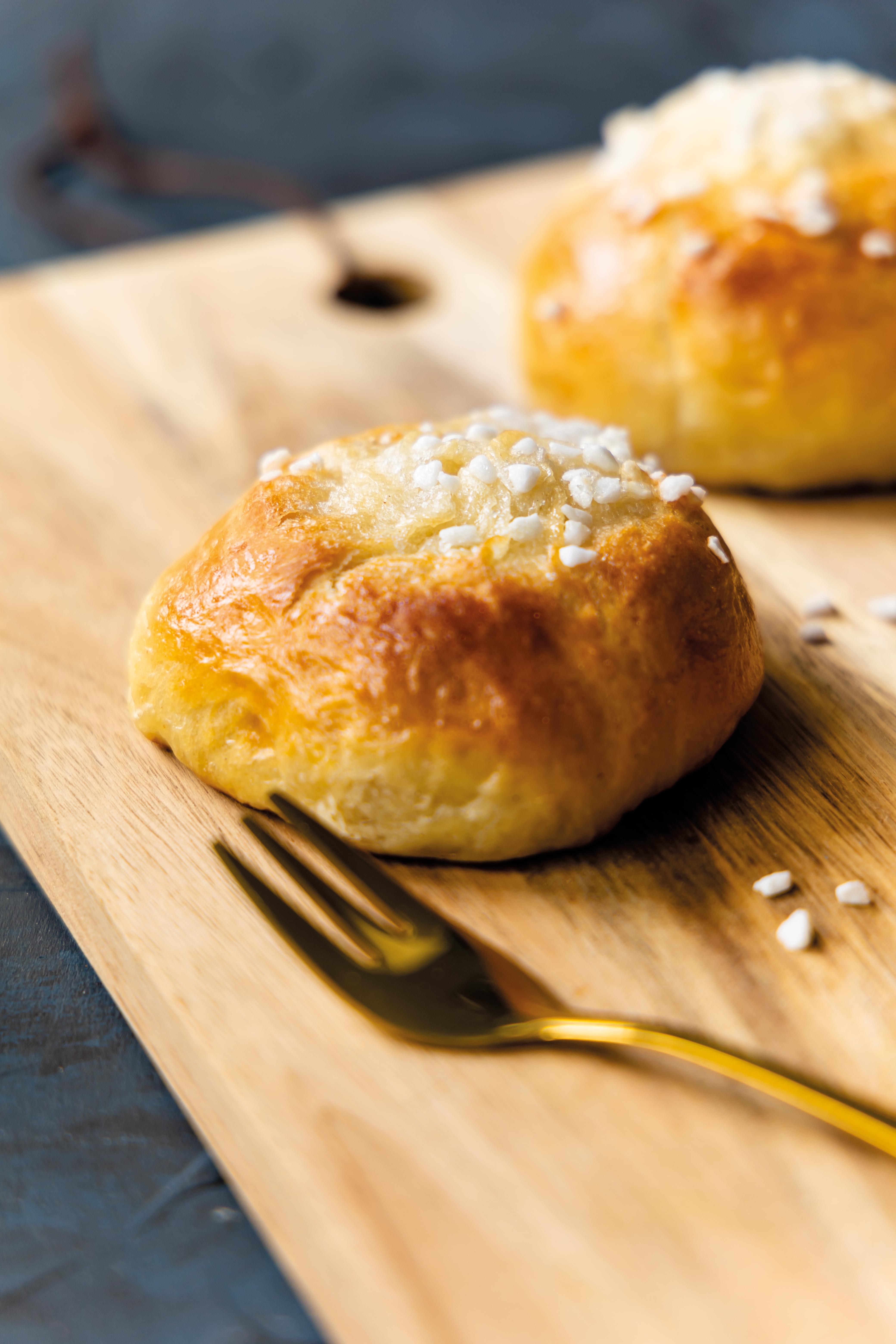 Voisilmäpulla – finnische Kardamom Butterküchlein // Voisimäpulla –  Finnish cardamom spiced sweet Buns by https://babyrockmyday.com/voisilmaepulla-finnische-kardamom-butterkuechlein/