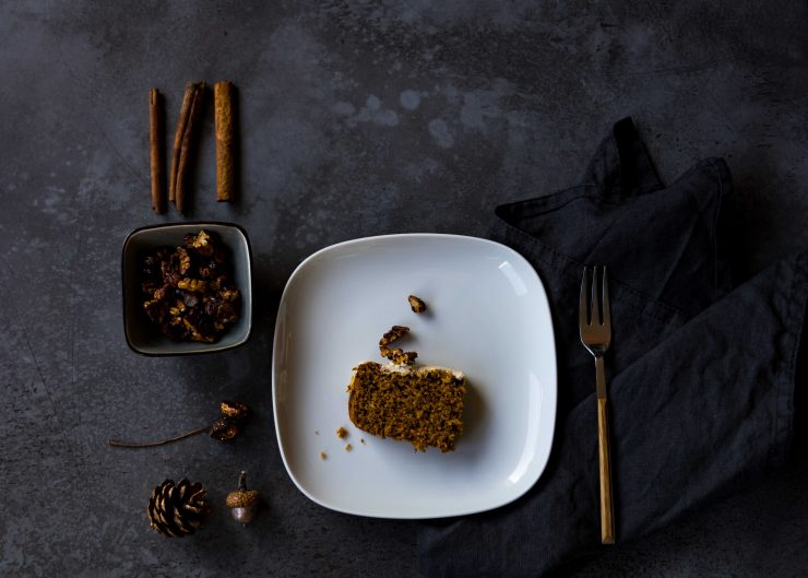 Kürbiskuchen mit Pekannuss-Topping // Pumpkin cake with pecans topping by https://babyrockmyday.com/kuerbiskuchen-mit-pekannuss-topping/