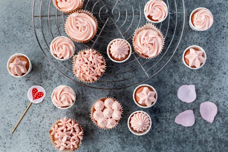 Erdbeer Cupcakes zum Valentinstag // Valentines Day Strawberry Cupcakes by https://babyrockmyday.com/erdbeer-cupcakes