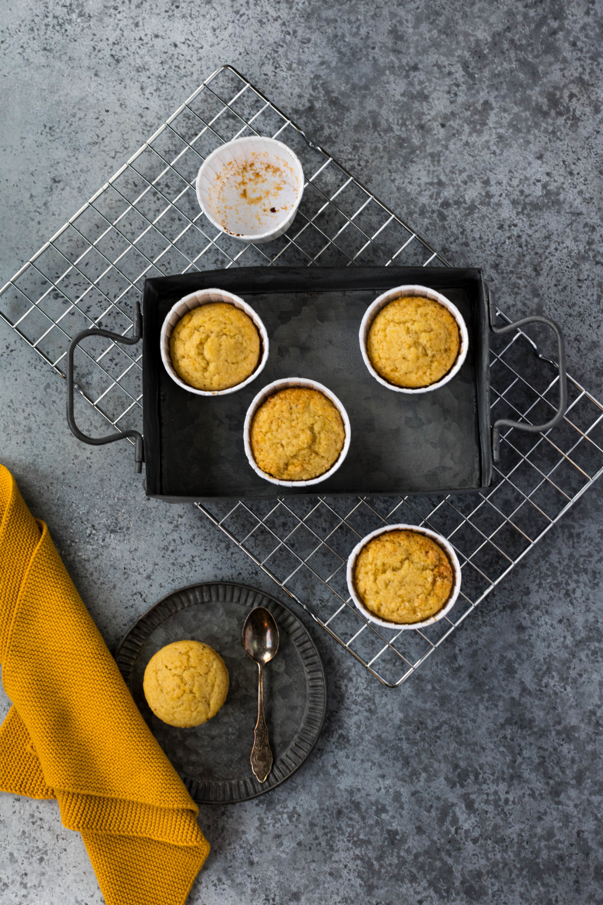 Zitronen-Mohn-Muffins // White Poppy Seed and Lemon Muffins by https://babyrockmyday.com/zitronen-mohn-muffins/
