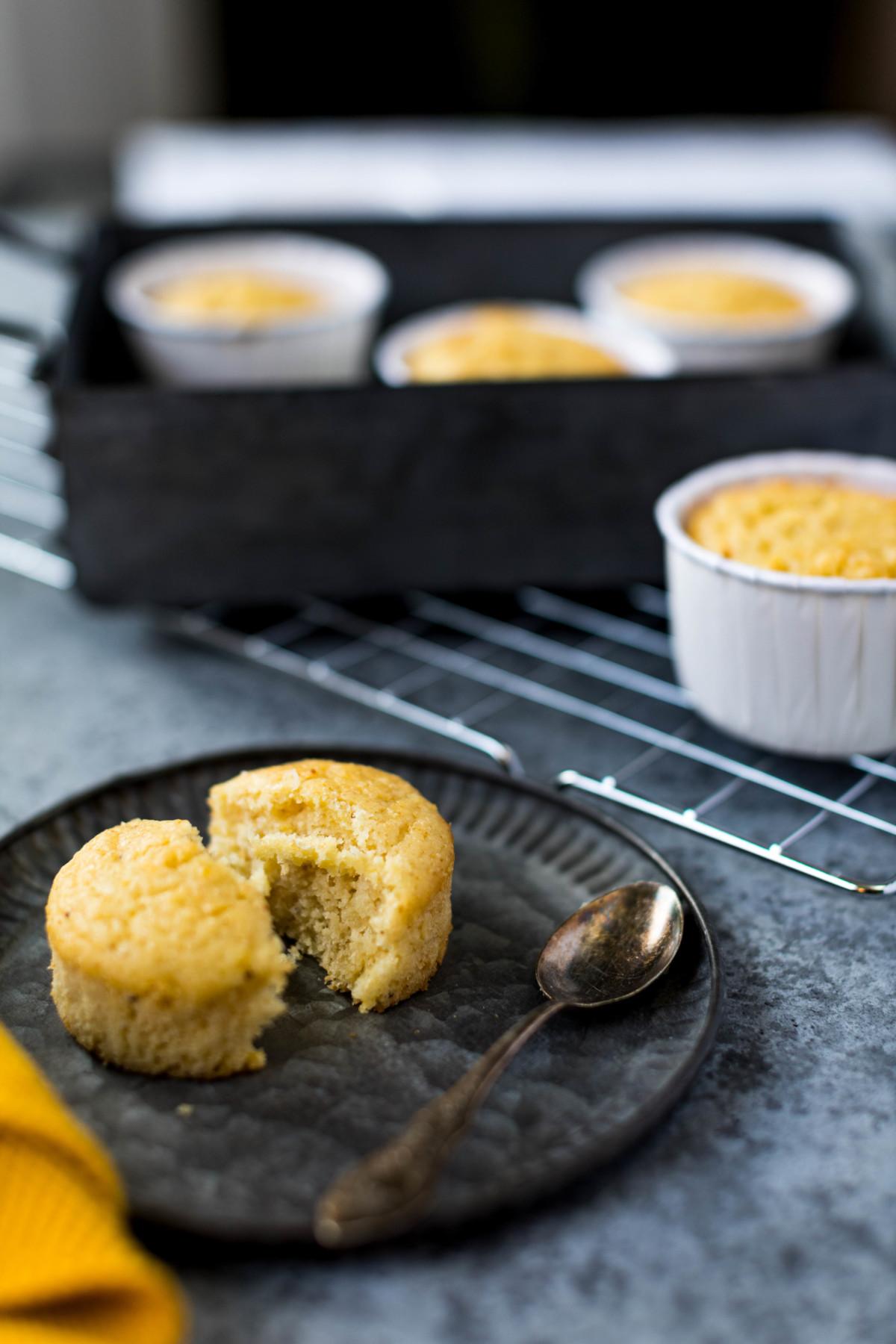 Zitronen-Mohn-Muffins // White Poppy Seed and Lemon Muffins by https://babyrockmyday.com/zitronen-mohn-muffins/