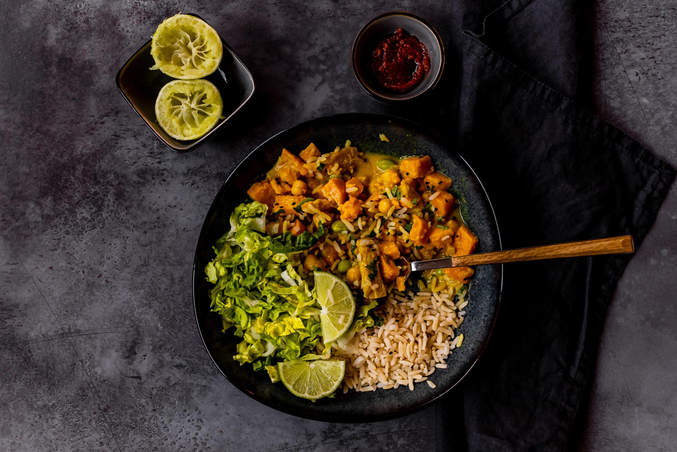 Veganes Curry mit Süßkartoffeln // Vegan sweet potatoe Curry by https://babyrockmyday.com/veganes-curry-mit-suesskartoffeln