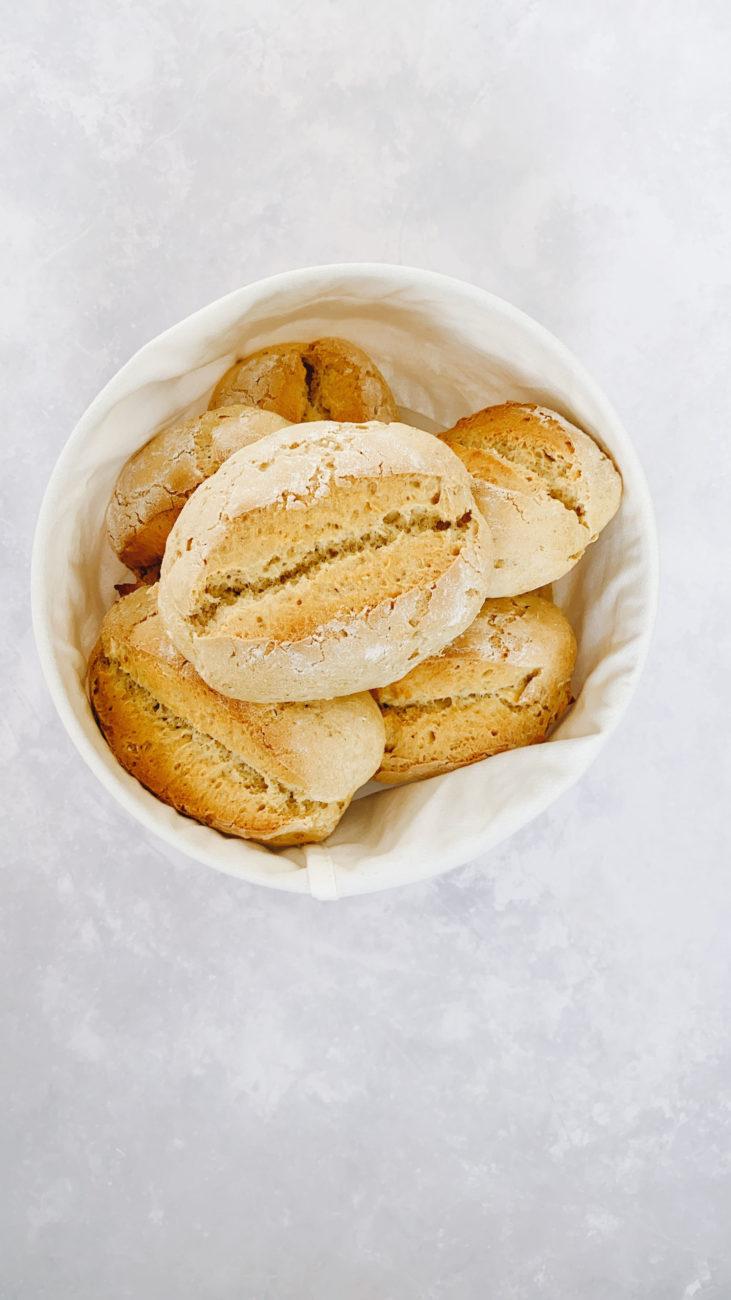 Frisch gebackene Quarkbrötchen / Fresh buns with curd cheese by https://babyrockmyday.com/frische_quarkbroetchen