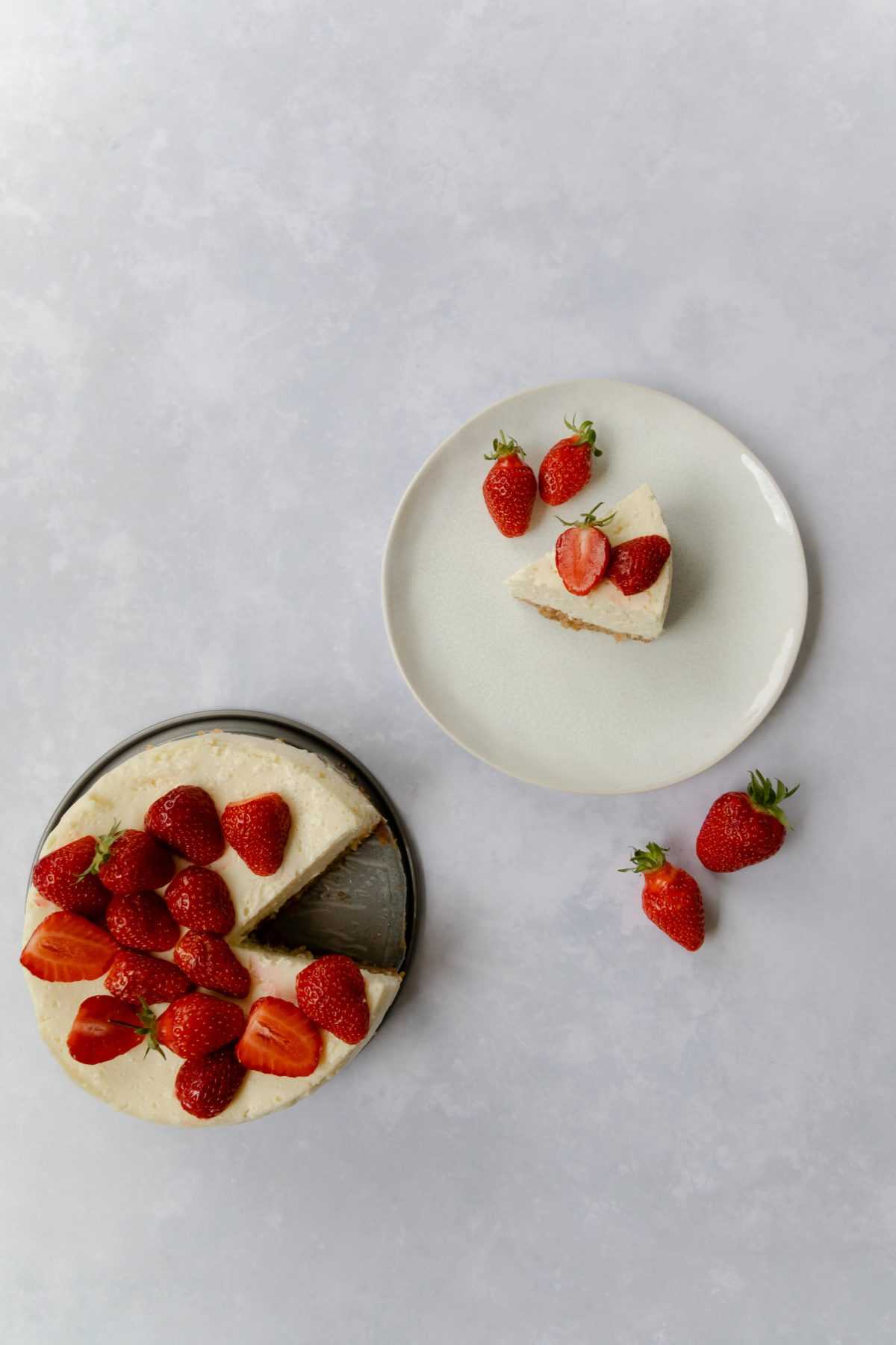 American Cheesecake mit Erdbeeren // American Cheescake with strawberries by https://babyrockmyday.com/american-cheesecake-mit-erdbeeren/