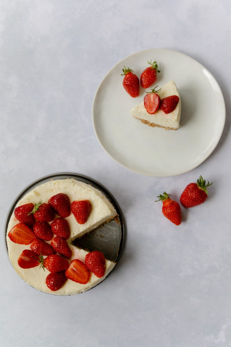 American Cheesecake mit Erdbeeren // American Cheescake with strawberries by https://babyrockmyday.com/american-cheesecake-mit-erdbeeren/