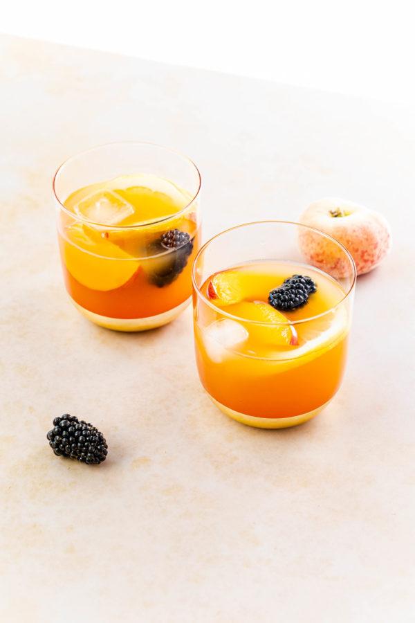 Pfirsich-Sangria / Peach Sangria by https://babyrockmyday.com/pfirsich-sangria/