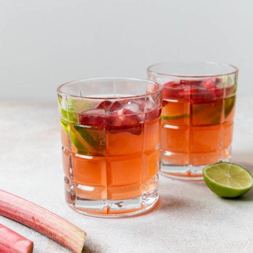 Rhabarber Gin selber machen // Homemade rhubarb gin by https://babyrockmyday.com/rhabarber-gin/