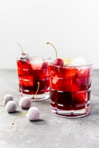 Kirsch Gin Rickey mit Limette und Amaretto // Cherry Gin Rickey by https://babyrockmyday.com/kirsch-gin-rickey/