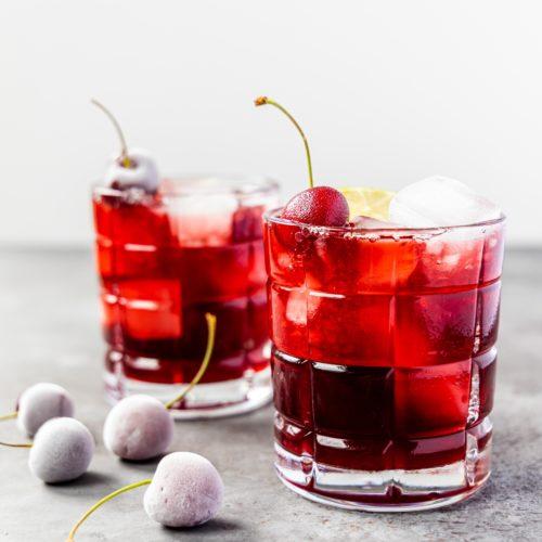 Kirsch Gin Rickey mit Limette und Amaretto // Cherry Gin Rickey by https://babyrockmyday.com/kirsch-gin-rickey/