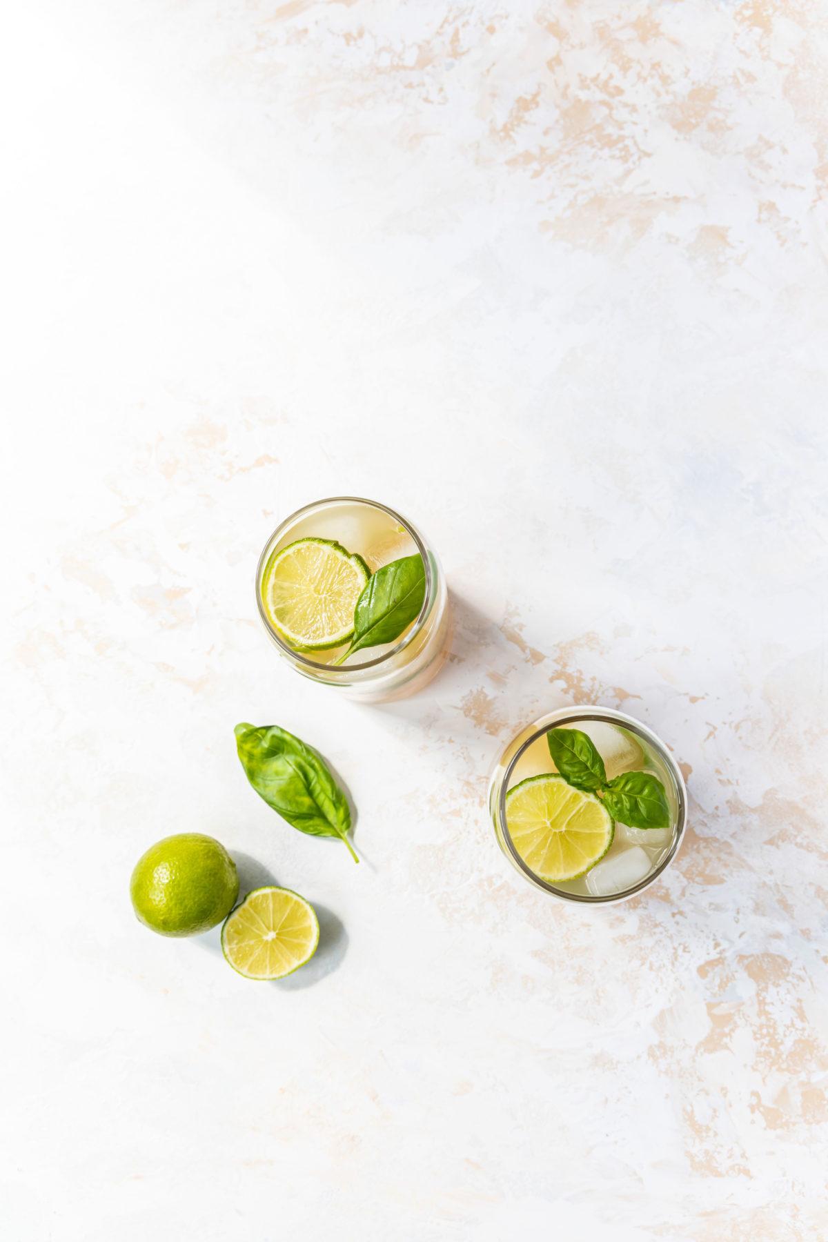 Ingwer-Eistee mit Basilikum und Apfelsaft // Ginger Icetea with basilikum and lime by https://babyrockmyday.com/ingwer-eistee/
