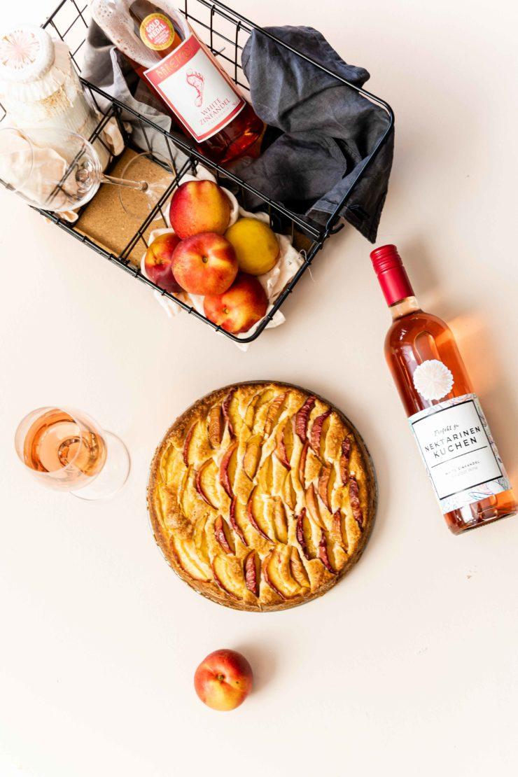 Nektarinenkuchen // nectarine ricotta cake by https://babyrockmyday.com/nektarinenkuchen-und-white-zinfandel