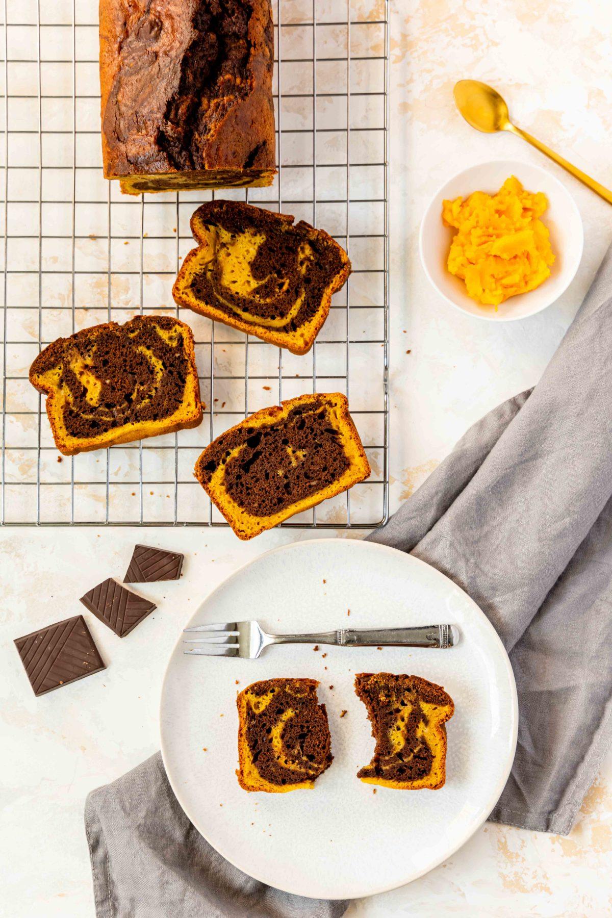 Kürbis-Marmorkuchen mit Schokolade und Pumpkin Spice // Pumpkin marble cake by https://babyrockmyday.com/kuerbis-marmorkuchen/