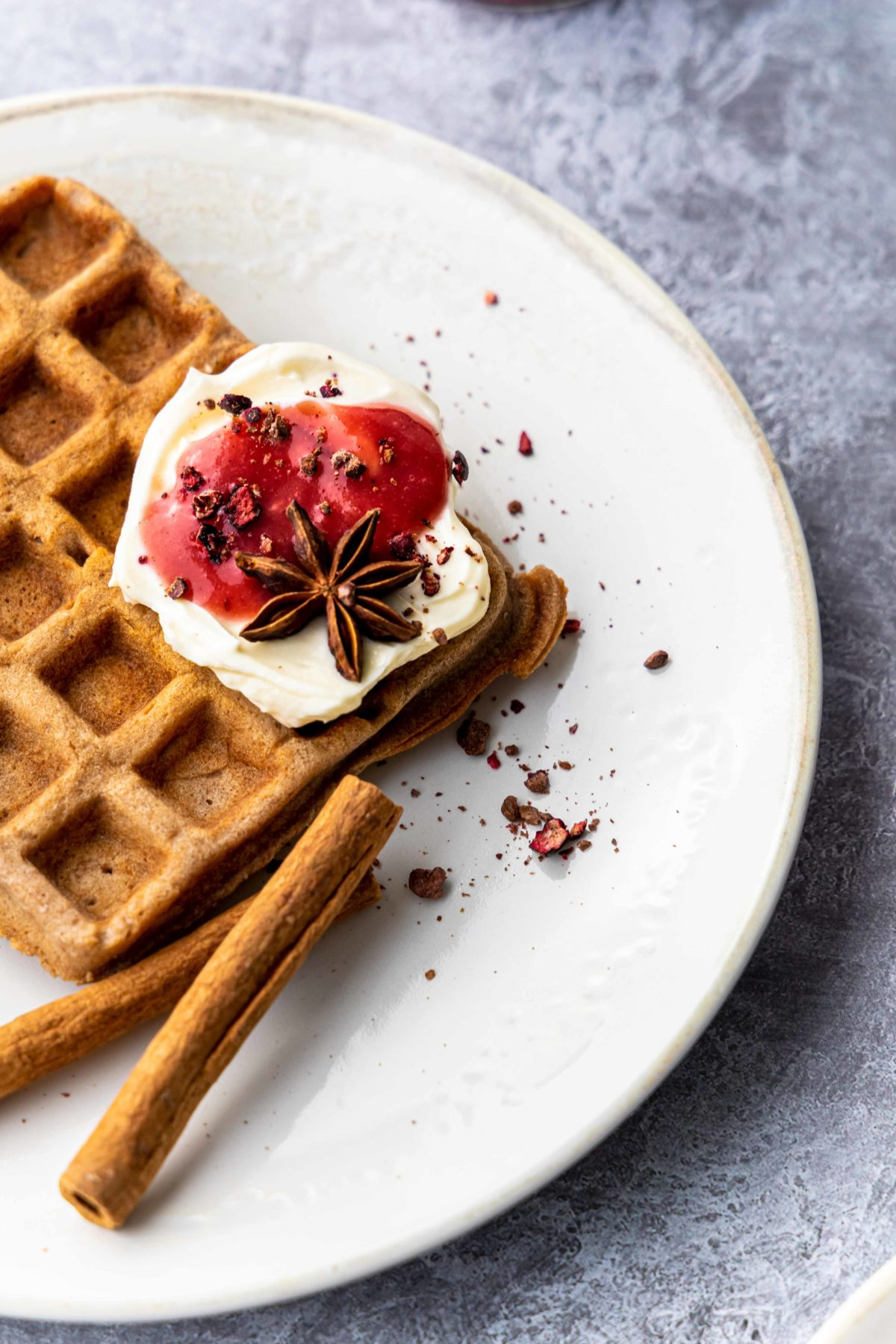 Kakao Waffeln mit Mascarpone und Plaumenmus // Chocolate Waffles with mascarpone and plum jam by https://babyrockmyday.com/kakao-waffeln/