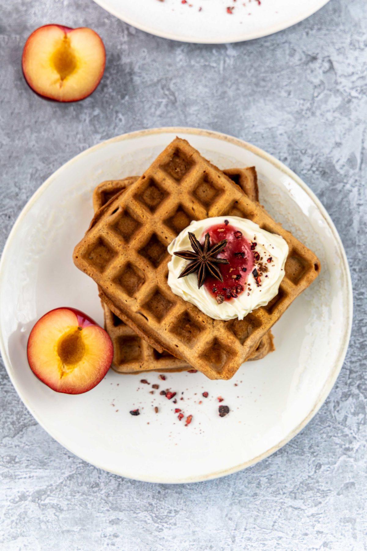 Kakao Waffeln mit Mascarpone und Plaumenmus // Chocolate Waffles with mascarpone and plum jam by https://babyrockmyday.com/kakao-waffeln/