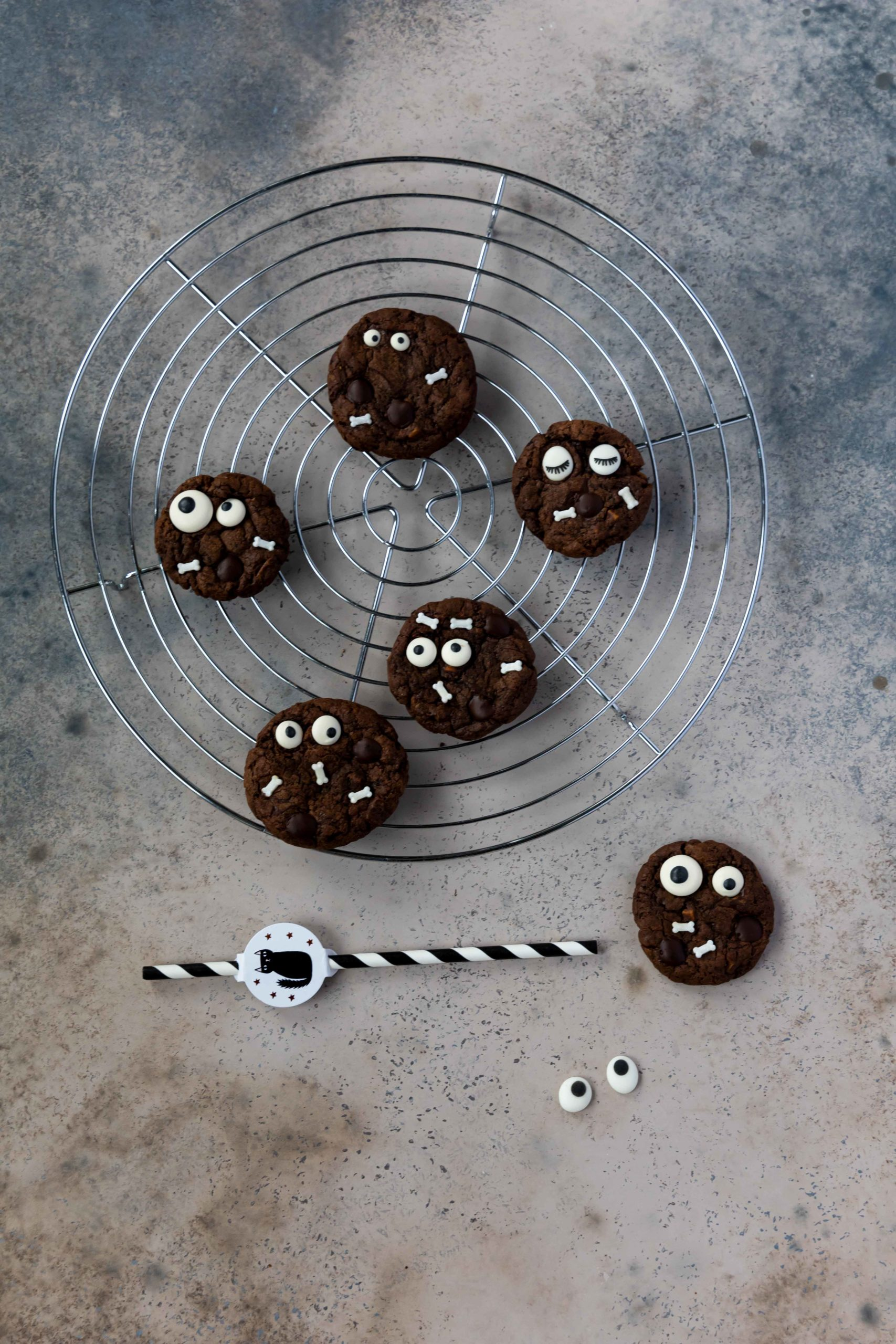 Halloween Schoko Cookies mit Zuckeraugen // Halloween Chocolate Cookies by https://babyrockmyday.com/halloween-schoko-cookies