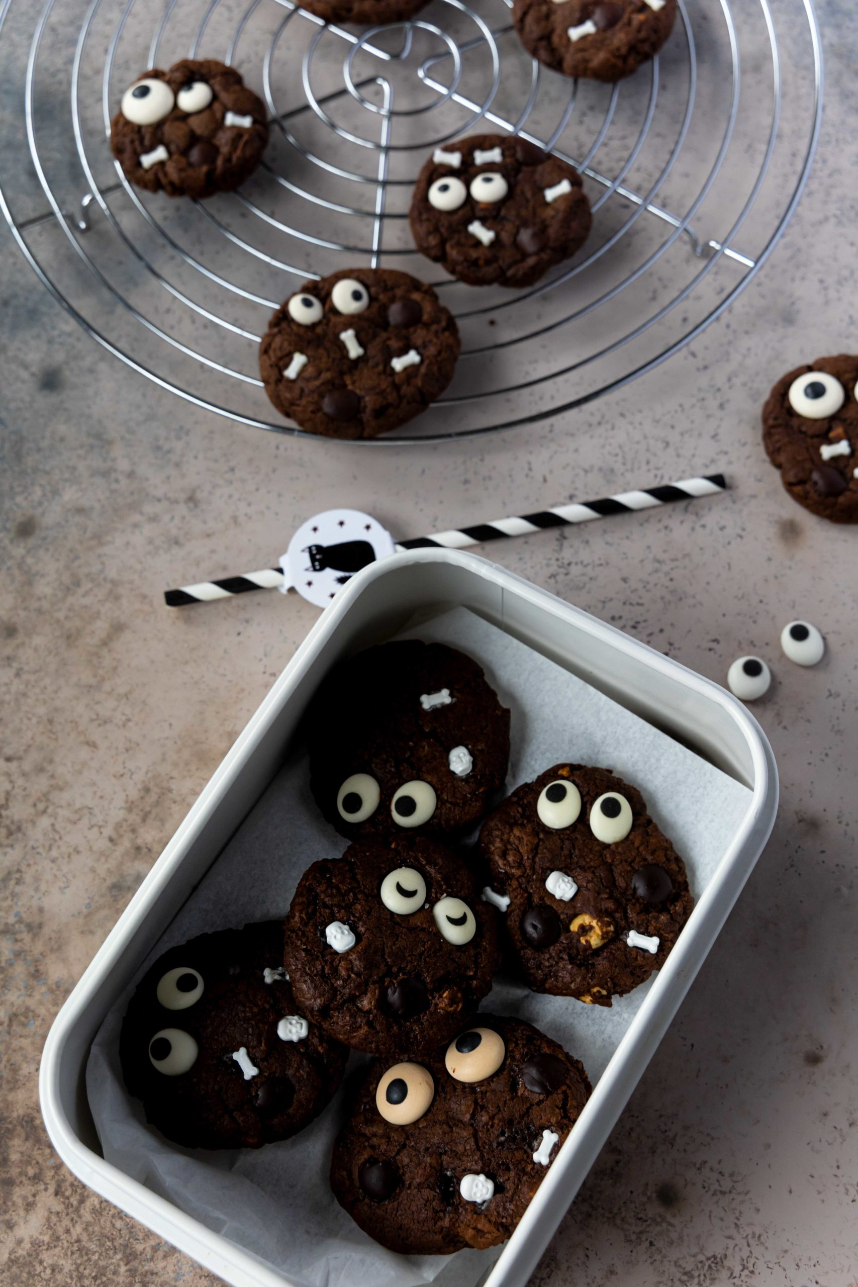 Halloween Schoko Cookies mit Zuckeraugen // Halloween Chocolate Cookies by https://babyrockmyday.com/halloween-schoko-cookies