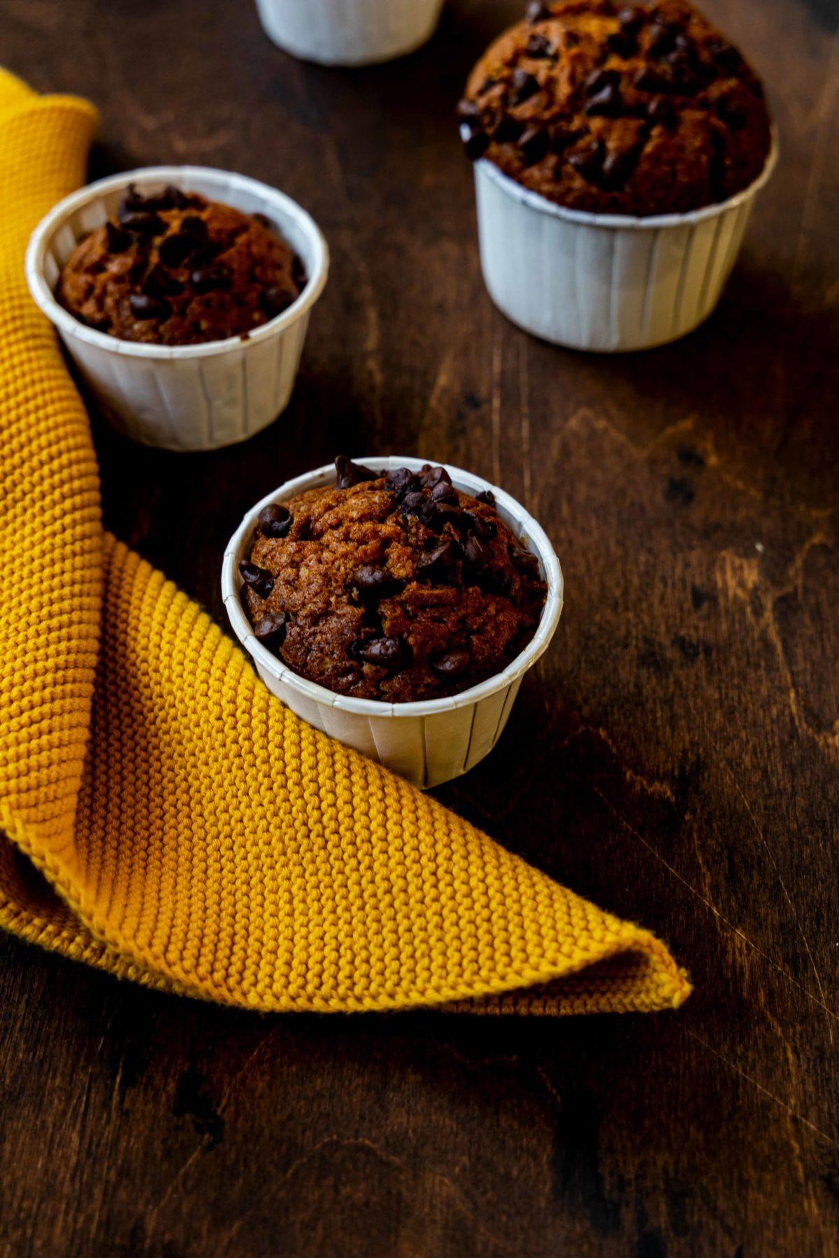 Kürbis-Muffins mit Schokotropfen und Pumpkin Spice // pumpkin muffins with chocolate chips by https://babyrockmyday.com/kuerbis-muffins/