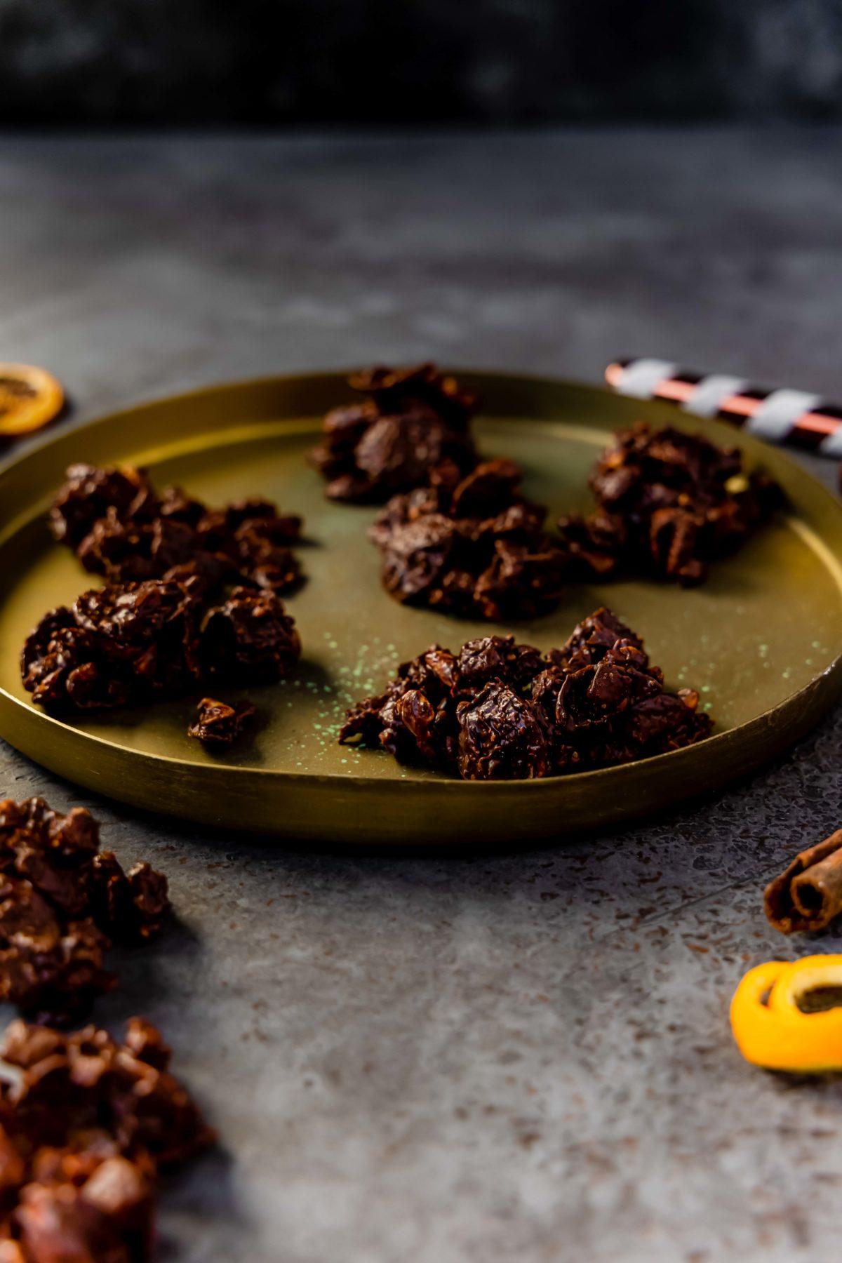 Schoko-Orangen-Crossies // chocolate crunch bites by https://babyrockmyday.com/schoko-orangen-crossies/