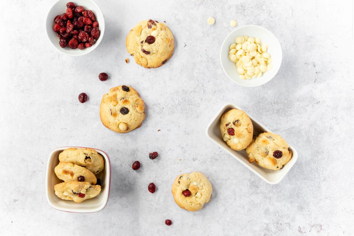 Macadamia Cookies mit Cranberries und weißer Schokolade // Macadamia Cookies with cranberries and white chocolate by https://babyrockmyday.com/macadamia-cookies/