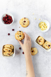 Macadamia Cookies mit Cranberries und weißer Schokolade // Macadamia Cookies with cranberries and white chocolate by https://babyrockmyday.com/macadamia-cookies/