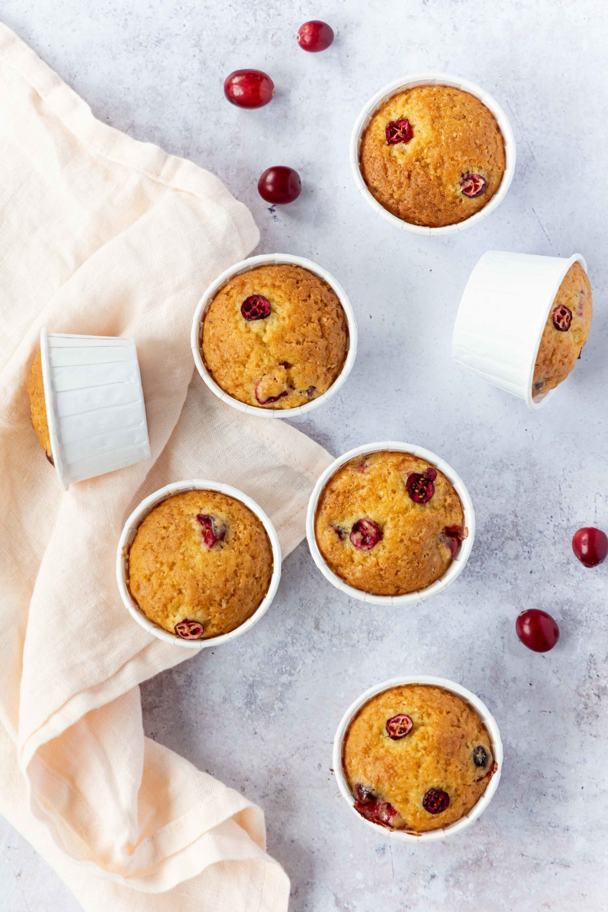 Vegane Cranberry Orangen Muffins // vegan cranberry and orange muffins by https://babyrockmyday.com/vegane-cranberry-orangen-muffins/